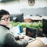 職場でよく目が合う男性の心理とは?脈ありか勘違いかを見極める方法